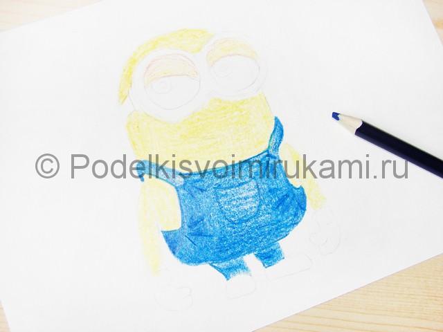 Рисуем миньона цветными карандашами - фото 9.