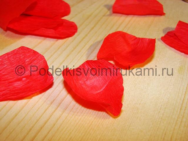 Изготовление розы из гофрированной бумаги - фото 11.