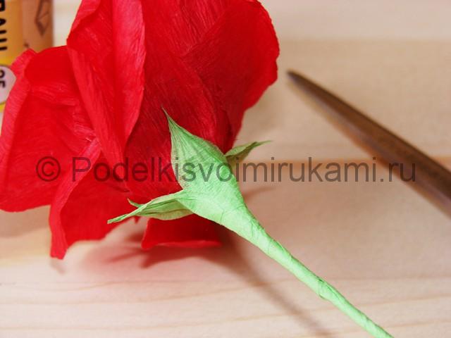 Изготовление розы из гофрированной бумаги - фото 27.