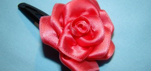Цветок канзаши из атласной ленты. Итоговый вид поделки.