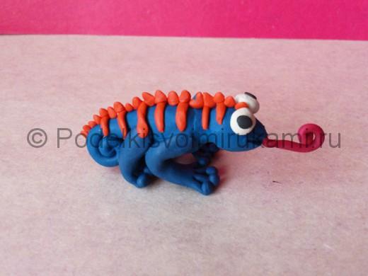 Хамелеон из пластилина. Итоговый вид поделки.
