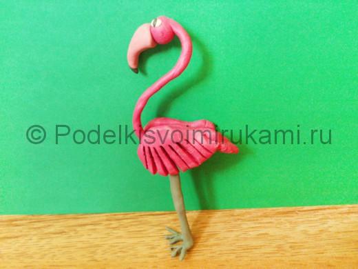 Розовый фламинго из пластилина.